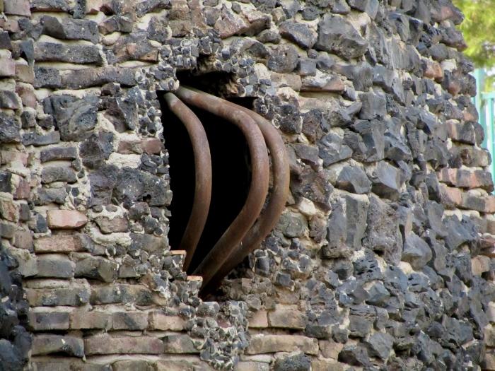 ventana y reja de la Cripta